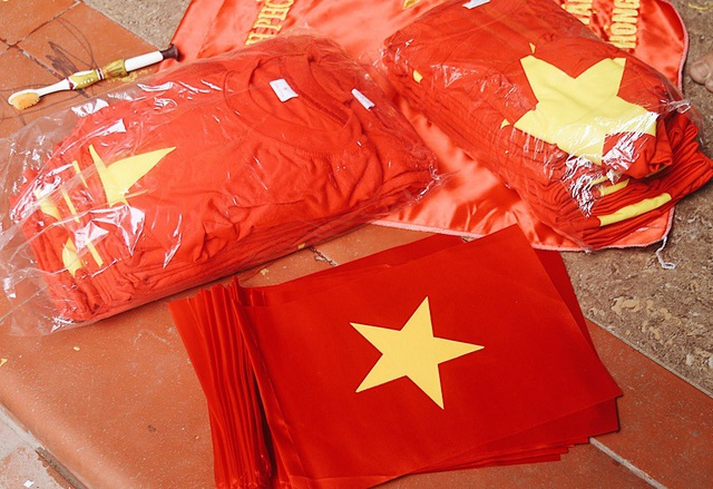 Công xưởng tăng tốc, thức trắng đêm làm cờ Tổ quốc cổ vũ Olympic Việt Nam - 8