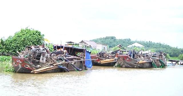 Các thuyền khai thác cát trái phép trên sông Đồng Nai bị bắt giữ.