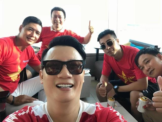 Hoàng Bách, Bình Minh, Only C là những nghệ sĩ có mặt trong chuyến bay sang Indonesia cổ vũ đội tuyển Olympic Việt Nam gặp Olympic Hàn Quốc.