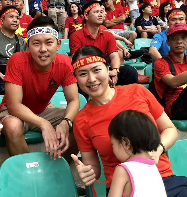 Cặp vợ chồng Hàn - Việt, anh Soo Hong và chị Hà tại khán đài của cổ động viên Việt Nam