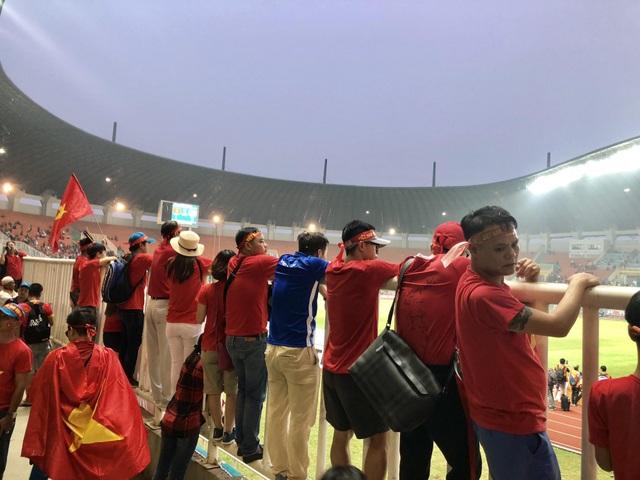 Cổ động viên trên sân hô vang tên ông Park Hang Seo dù Olympic Việt Nam thua - 1
