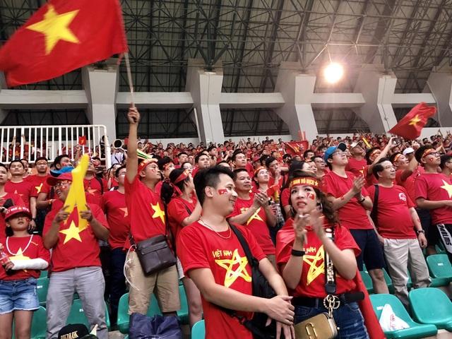 Cổ động viên trên sân hô vang tên ông Park Hang Seo dù Olympic Việt Nam thua - 7