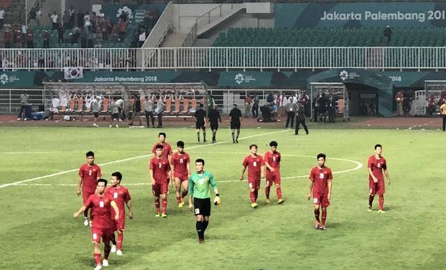 Cổ động viên trên sân hô vang tên ông Park Hang Seo dù Olympic Việt Nam thua - 10