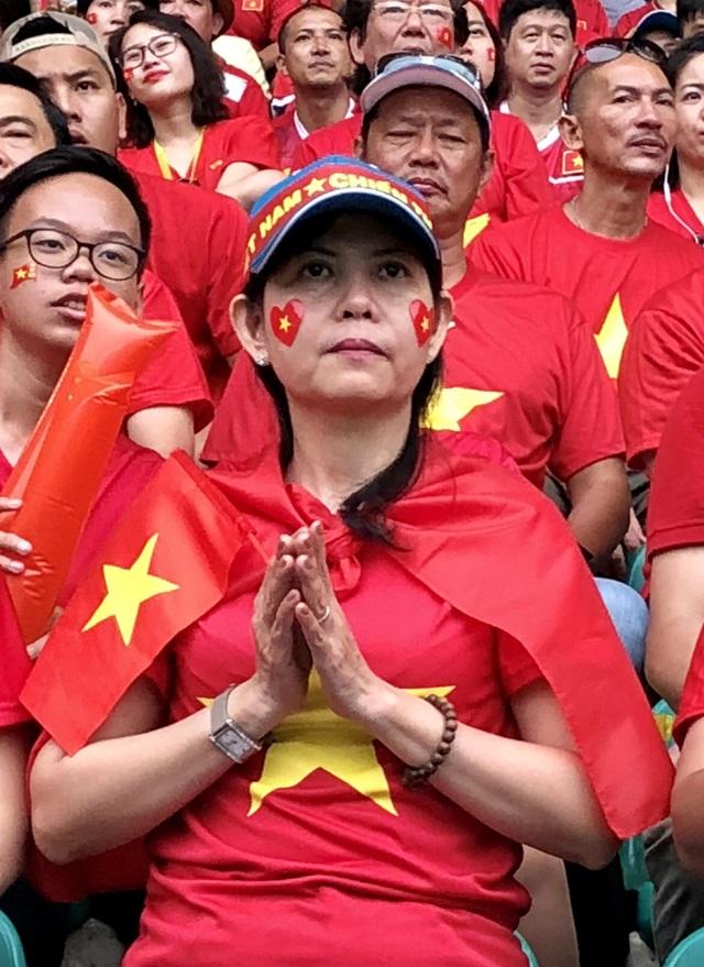 Cổ động viên trên sân hô vang tên ông Park Hang Seo dù Olympic Việt Nam thua - 12