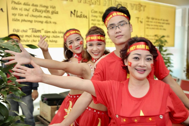 Nghệ sĩ Trà My cùng con trai chuẩn bị sẵn sàng để cổ vũ Olympic Việt Nam.