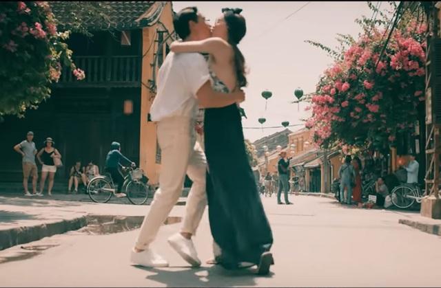 Kim Lý và Hồ Ngọc Hà gây sốt khi tình tứ hôn nhau trên phố - 7