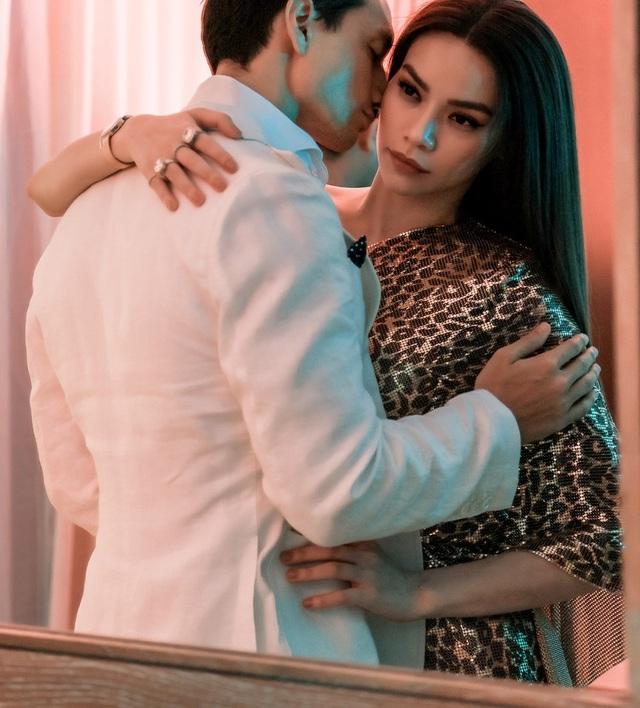 Trong thời gian qua, không ít các tin đồn dấy lên cho rằng Hà Hồ và bạn trai Kim Lý đã chia tay, tuy không phản hồi về những tin đồn xoay quanh chuyện tình yêu nhưng cả hai vẫn xuất hiện bên nhau trong các sự kiện.
