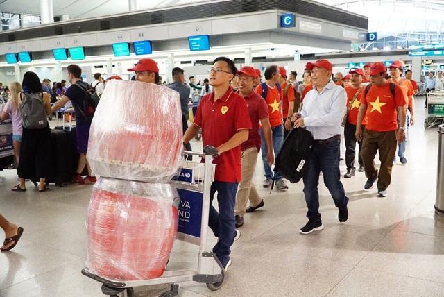 Tại sân bay Tân Sơn Nhất (TP Hồ Chí Minh), hàng trăm các cổ động viên cũng mặc áo cờ đỏ sao vàng, chuẩn bị trống, khèn và băng rôn đáp chuyến bay sang Indonesia cổ vũ đội nhà.