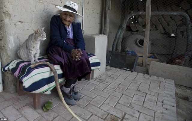 Bí quyết sống thọ của cụ bà 118 tuổi: Thích ăn bánh, hát dân ca và chơi với gà - 1