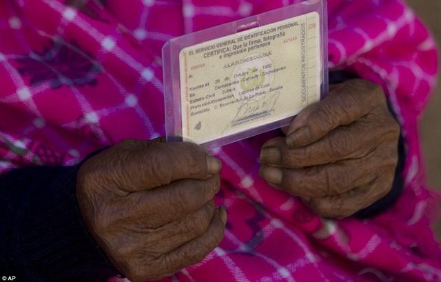 Bí quyết sống thọ của cụ bà 118 tuổi: Thích ăn bánh, hát dân ca và chơi với gà - 2