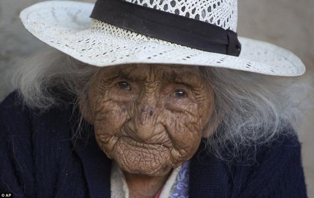 Bí quyết sống thọ của cụ bà 118 tuổi: Thích ăn bánh, hát dân ca và chơi với gà - 3