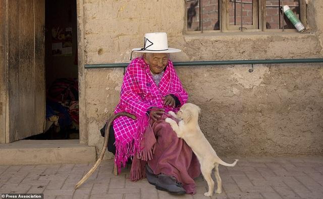 Bí quyết sống thọ của cụ bà 118 tuổi: Thích ăn bánh, hát dân ca và chơi với gà - 5