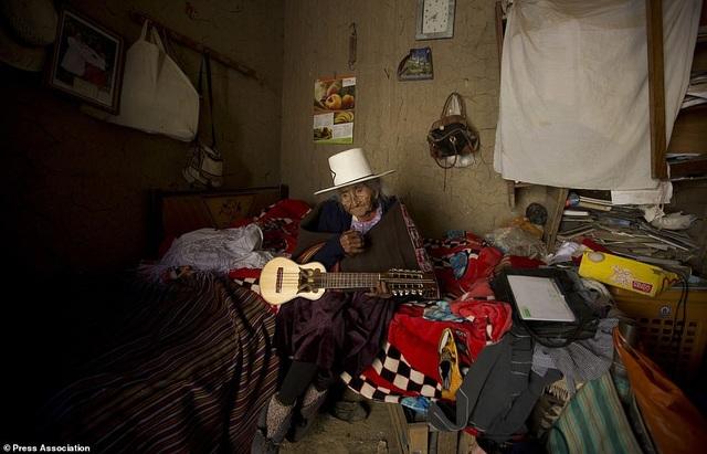 Bí quyết sống thọ của cụ bà 118 tuổi: Thích ăn bánh, hát dân ca và chơi với gà - 6
