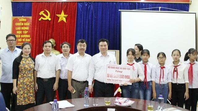 Thứ trưởng Nguyễn Hữu Độ tặng quà cho các trường học trên địa bàn tỉnh Lai Châu