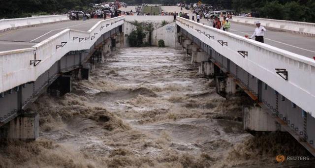 Nguyên nhân vỡ đập được cho là do mưa lớn dài ngày. (Ảnh: Reuters)