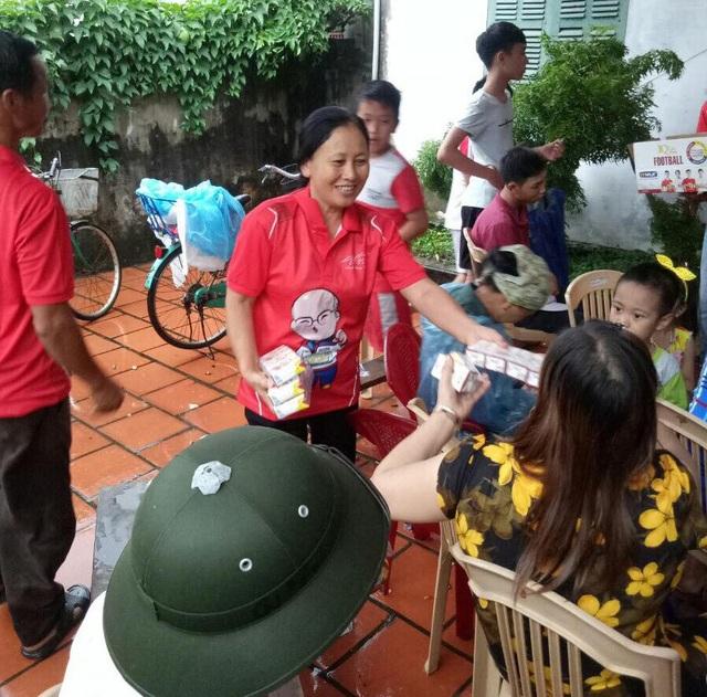 Trước đó, bà Chuốt mời hàng xóm đến nhà xem trận bán kết Olympic Việt Nam - Olympic Hàn Quốc qua màn ảnh nhỏ (ảnh: T.T)