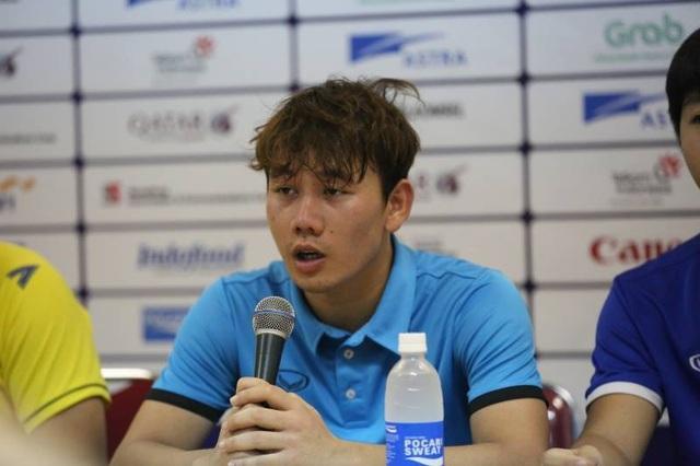 Minh Vương trong buổi họp báo sau trận đấu với Olympic Hàn Quốc
