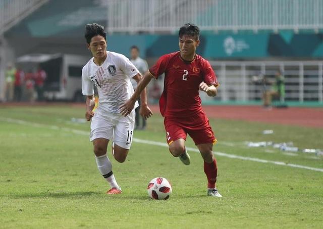 Cầu thủ Olympic Việt Nam không ngại đua tốc độ với cầu thủ Hàn Quốc trong trận bán kết (ảnh: Huyền Trang)