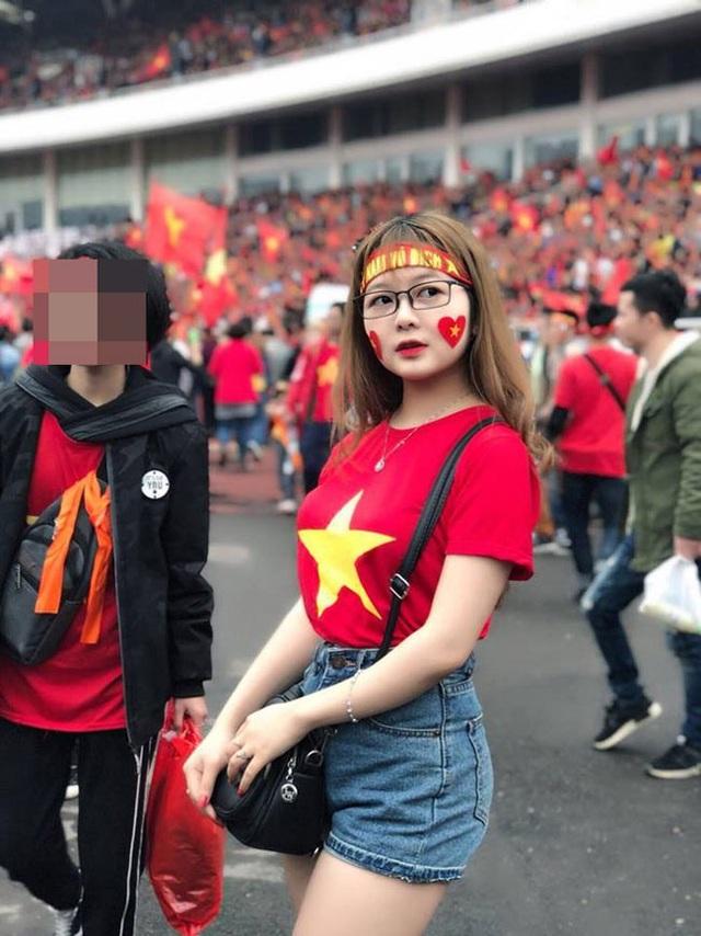 Đồng hương Văn Toàn có một fan girl bóng đá xinh đẹp thế này! - 1