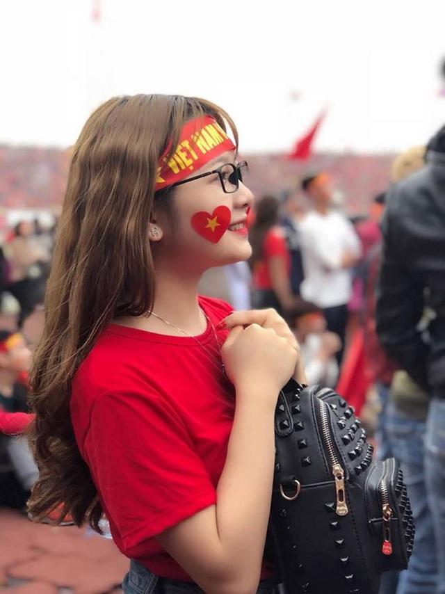 Đồng hương Văn Toàn có một fan girl bóng đá xinh đẹp thế này! - 2