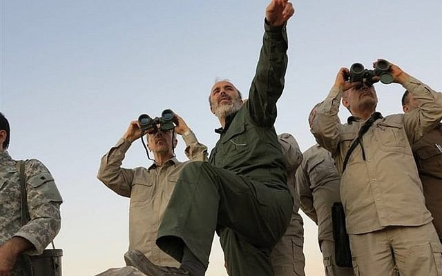 Tổng Tham mưu trưởng quân đội Iran Mohammad Bagheri (trái, nhìn ống nhòm) và các quan chức cấp cao quân đội Iran trong chuyến thăm tỉnh Allepo (Syria) tháng 10-2017. Ảnh: AP