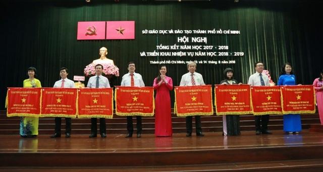 Lãnh đạo Thành phố trao Cờ thi đua của UBND TPHCM cho các đơn vị dẫn đầu phong trào thi đua.