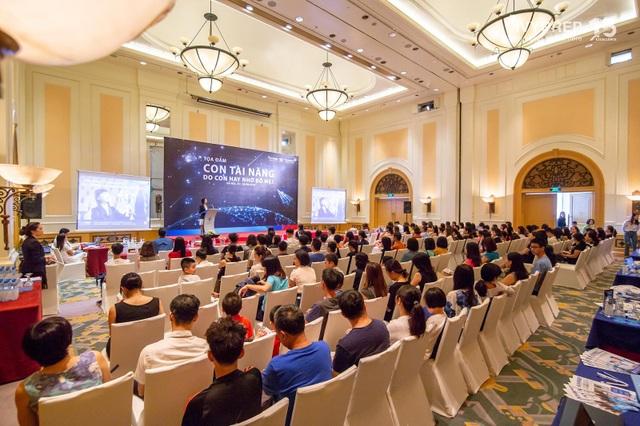Đông đảo phụ huynh và học sinh đã có mặt tại buổi tọa đàm