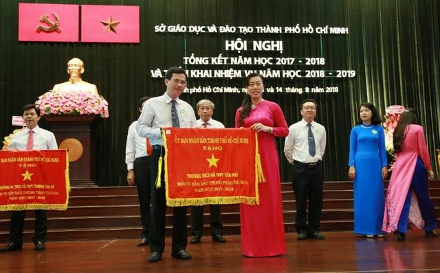 Hiệu trưởng Trường THCS - THPT Tân Phú, ông Ngô Vĩnh Trường vinh dự nhận Cờ thi đua từ UBND TP.HCM.