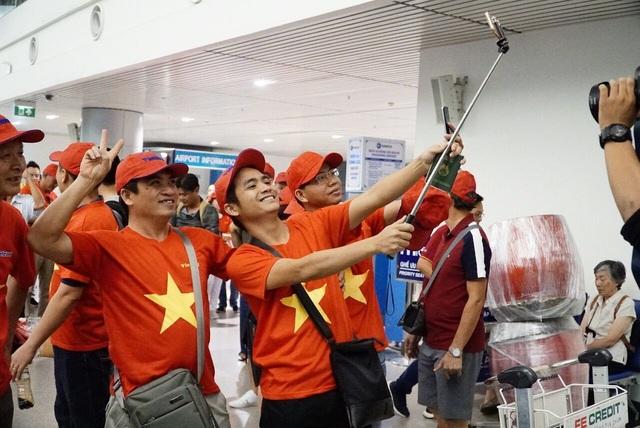 Nhiều công ty du lịch cũng thuê nguyên chuyến bay, tổ chức đưa cổ động viên sang Indonesia cổ vũ bóng đá. Đây là các tour đặc biệt, được thiết kế đi về trong ngày.