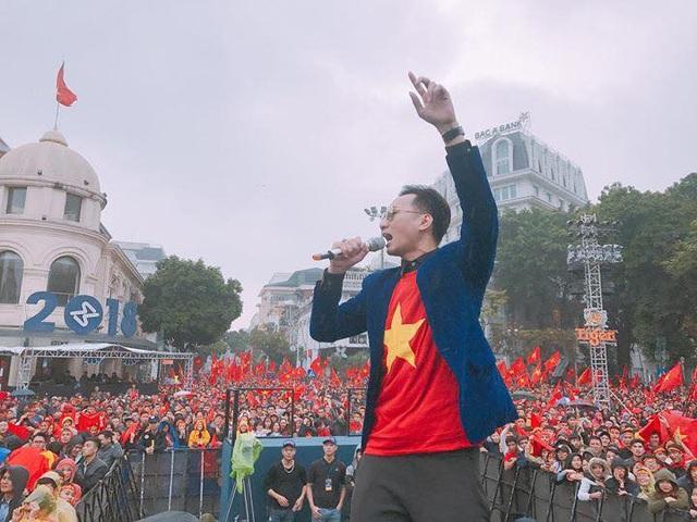 MC Thành Trung đã chuẩn bị tinh thần cho trận cầu nảy lửa chiều nay giữa Olympic Việt Nam và Hàn Quốc.