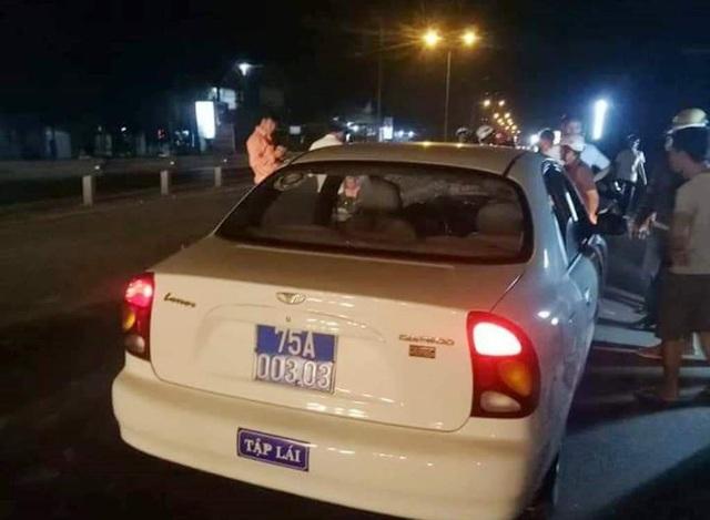 Thầy L. (áo cam nhạt, bên trái) và chiếc xe gây tai nạn chết người
