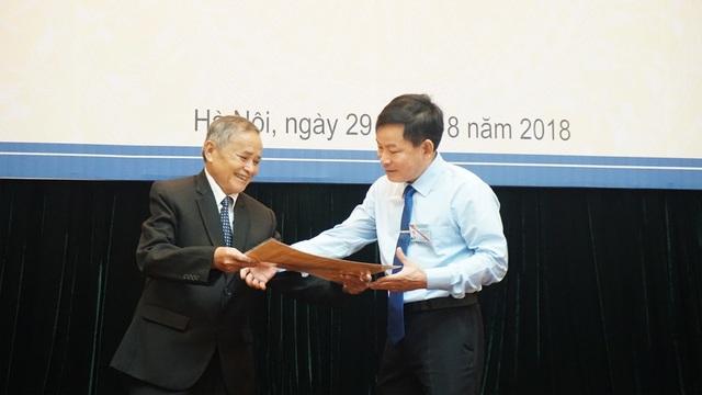 Ông Đinh Ngọc Thỉ (trái) trao hiện vật quý của Bác Hồ tặng mình cho đại diện Bảo tàng Hồ Chí Minh.