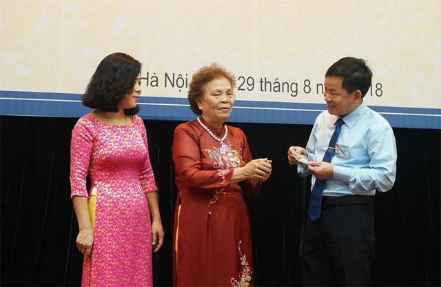 Bà Trương Thị Diên (giữa) tặng hiện vật quý về Bác Hồ cho Bảo tàng Hồ Chí Minh.