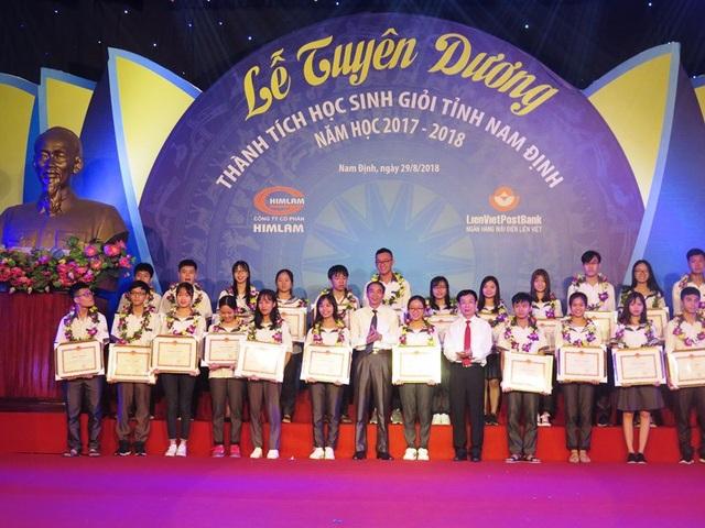 Các học sinh giỏi có thành tích xuất sắc được tuyên dương khen thưởng