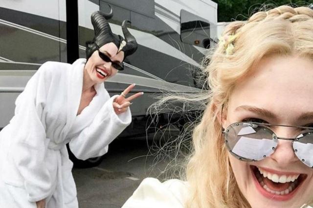Elle Fanning vừa cùng Angelina Jolie thực hiện những cảnh quay cho phần 2 của phim Tiên hắc ám tại Anh. Hai diễn viên rất thân thiết khi quay phim cùng nhau
