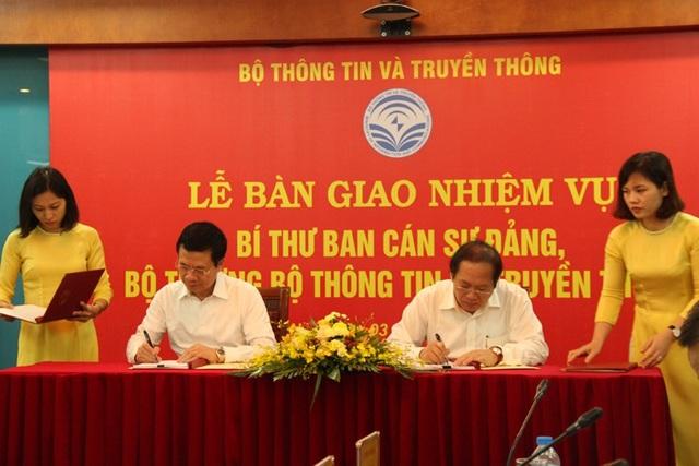 Ông Trương Minh Tuấn và ông Nguyễn Mạnh Hùng ký Biên bản bàn giao. (Ảnh Bộ TT&TT)