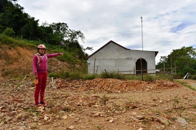 Bà Nguyễn Thị Mỹ Lệ bức xúc trước việc đất của mình nhưng lại bị ông Nguyễn Văn Minh chiếm dụng làm nhà ở