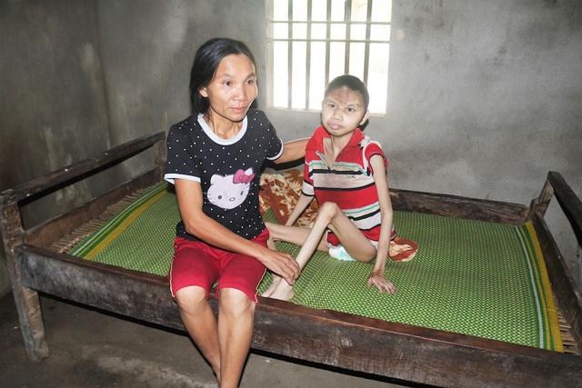 Chị Hoa và người con bị bại não nằm một chỗ suốt 23 năm qua.
