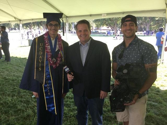 Tanishq Abraham (ngoài cùng bên trái) trong buổi lễ tốt nghiệp tại Đại học California (Mỹ) vào ngày 18/7 vừa qua.