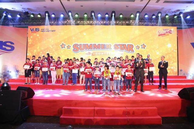 Các thí sinh bảng SuperKids A được vinh danh và trao thưởng trên sân khấu. Trên tất cả, phần thưởng lớn nhất với các em chính là niềm tự hào của cha mẹ.