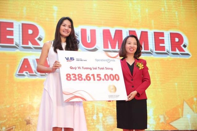 Bà Lê Quang Thục Quỳnh – CEO hệ thống Anh văn Hội Việt Mỹ VUS – đã trao tổng số tiền quyên góp được là 838.615.000 đồng (tương đương 120 ca phẫu thuật môi và hàm ếch) cho bà Trần Thị Hương Giang - Giám đốc Phát triển của tổ chức Operation Smile.
