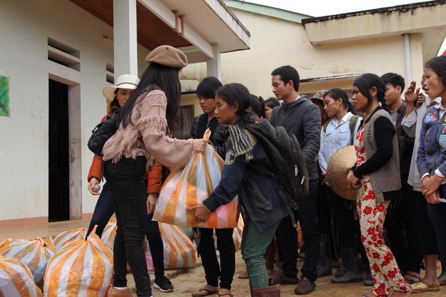 Các phần quà được chị Minh Châu trao tận tay cho các bà con.