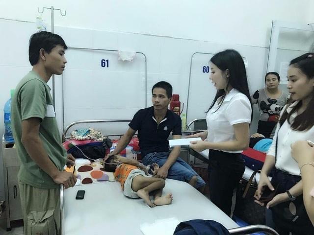 Mẹ Ken còn tổ chức các buổi thăm hỏi và hổ trợ phần nào gánh nặng cho các bệnh nhân nghèo.