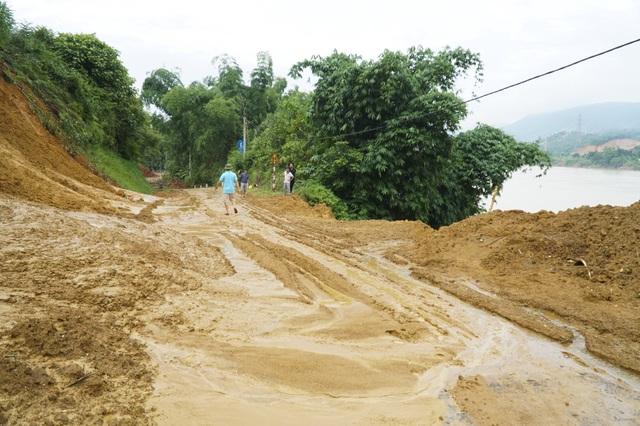 Ngày 30/7, tình trạng sạt lở đất do mưa lũ kéo dài nhiều ngày đã khiến 4 hộ dân với 10 nhân khẩu tại xóm Máy Giấy phải di dời khẩn cấp. Do tình hình thời tiết diễn biến phức tạp, đêm 31/7 chính quyền địa phương phối hợp di dời tiếp 4 hộ dân nằm trong diện cảnh báo nguy hiểm.
