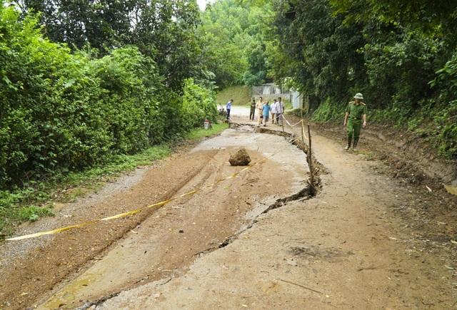 Mặt đường tỉnh 445 xuất hiện vết nứt kéo dài khoảng 100 m, rộng 20 cm. Khu vực lún diện tích khoảng 300 m2 và có nguy cơ trượt xuống sông Đà