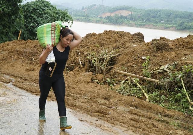 Bị cấm đường nên người dân phải cõng gạo về nhà.