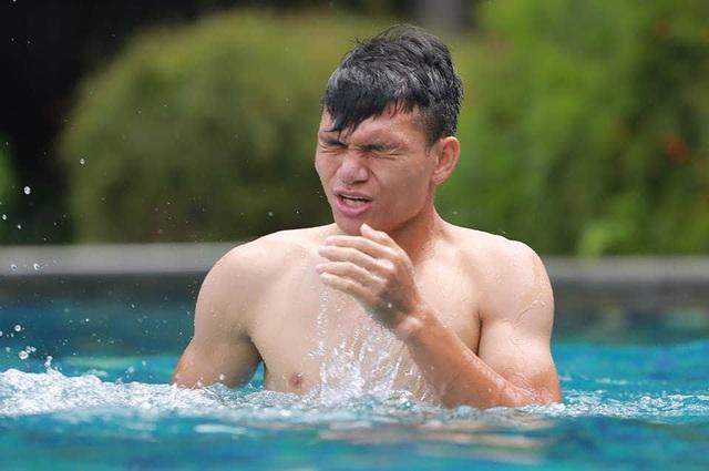 Cầu thủ Olympic Việt Nam vui đùa ở bể bơi, đi câu cá chờ trận tranh HCĐ - 3
