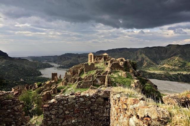 Ngôi làng Amendolea bị bỏ hoang sau một trận lụt vào năm 1950.