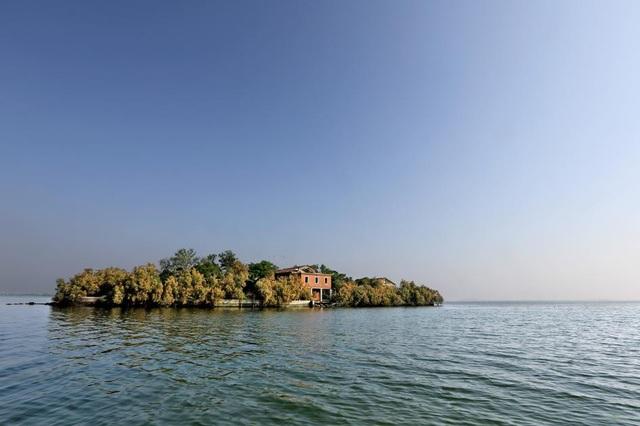 Hòn đảo nhỏ này nằm tại một đầm phá ở Venice, từng là trạm phát thanh liên lạc của Hải quân. Sau đó, nó trở thành tài sản tư nhân và hiện đang bị bỏ hoang.