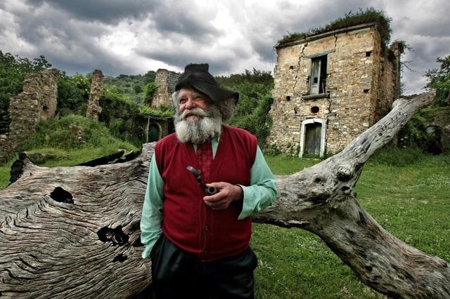 Ông Giuseppe Spagnuolo là cư dân cuối cùng của ngôi làng Roscigno Vecchia nằm tại miền nam nước Ý. Ông cho biết, hầu hết mọi người đã bỏ đi vì lở đất nguy hiểm.